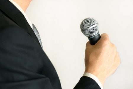 発言する男性のイメージ画像
